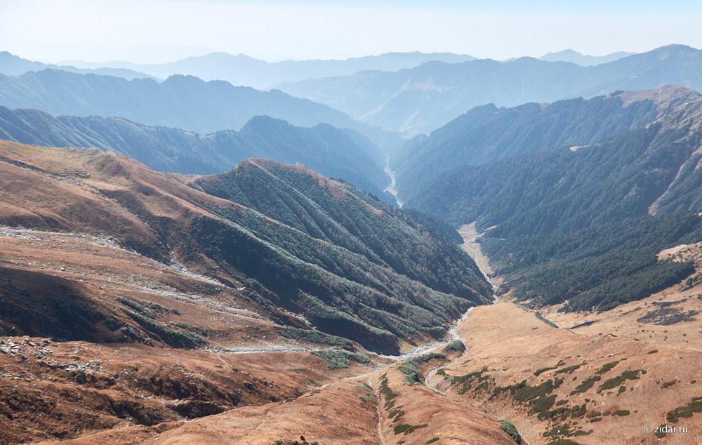 Вид вниз в долину (на юг). Ближайшая населёнка - где-то там на горизонте.