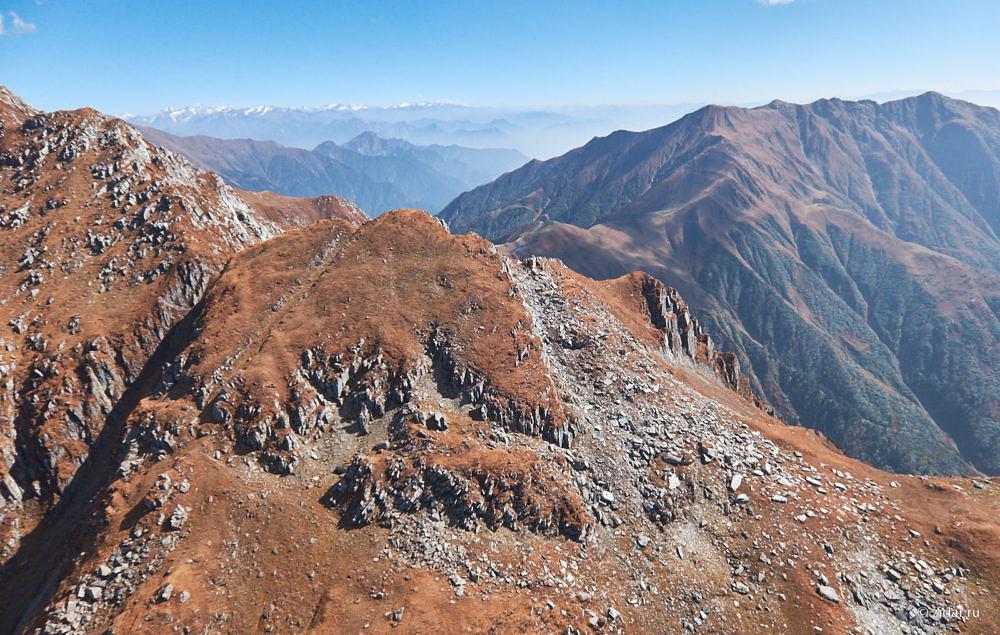 Внизу неизменный пейзаж - россыпь скал и камней
