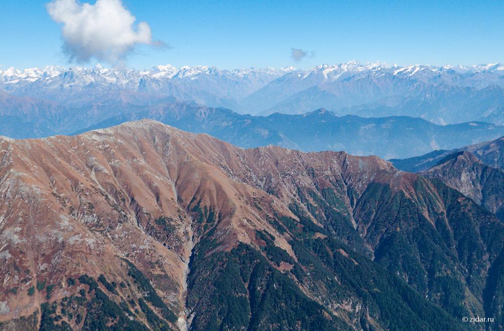 На горизонте видны снежные вершины 6-тысячников