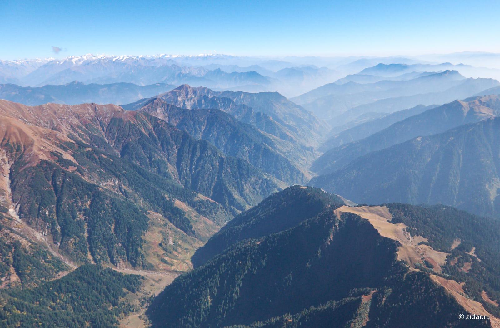Вид на долину. В конце долины город Куллу.