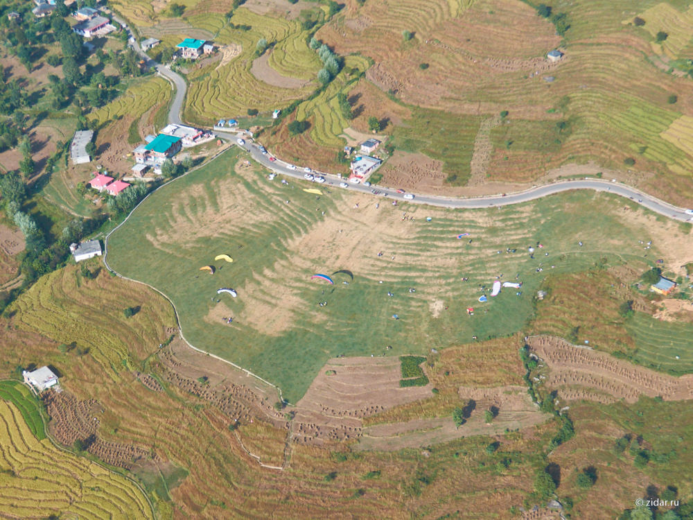 Вид сверху на штатную посадку в Бире. Старт сверху, т.е. снимок сделан со стороны долины.